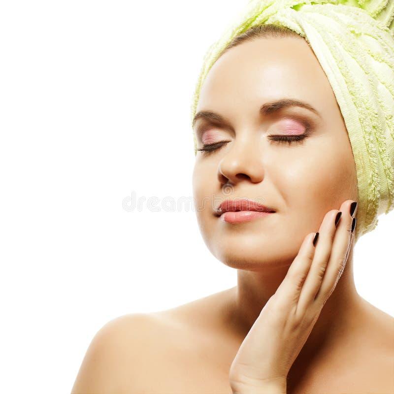 Steinmassage auf Weiß Schönes Mädchen mit Ginger Hair After Bath stockbilder