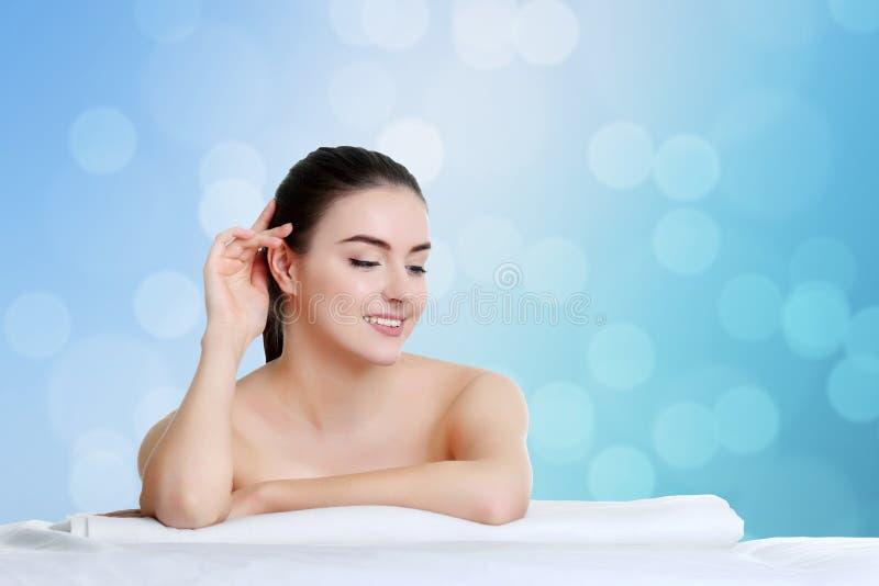 Steinmassage auf Weiß Schönes Mädchen Vollkommene Haut Skincare Wellness adve stockbild