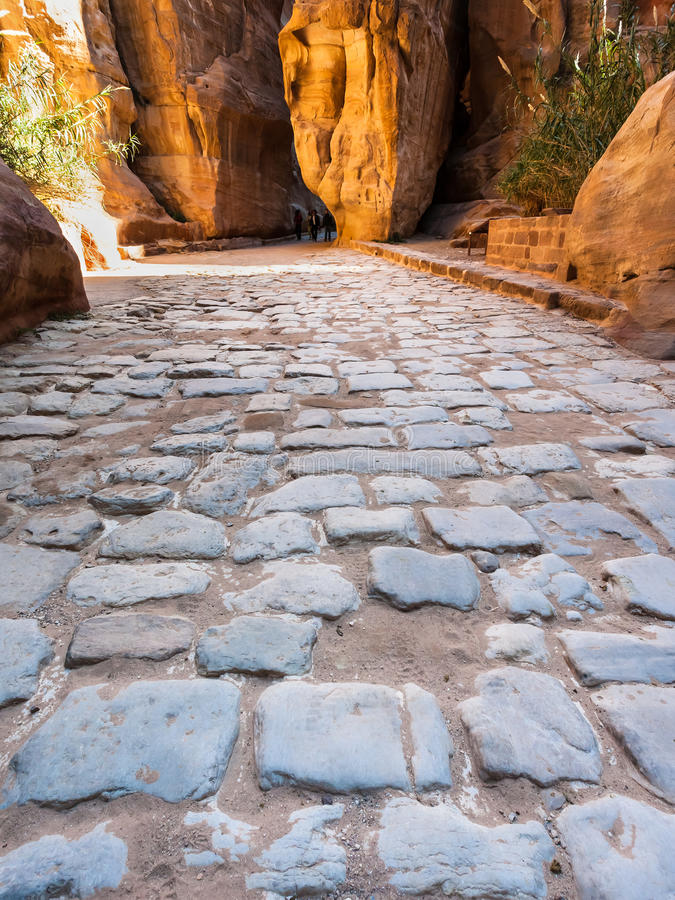 Steinpflasterung von Al Siq-Durchgang zu altem PETRA lizenzfreies stockfoto
