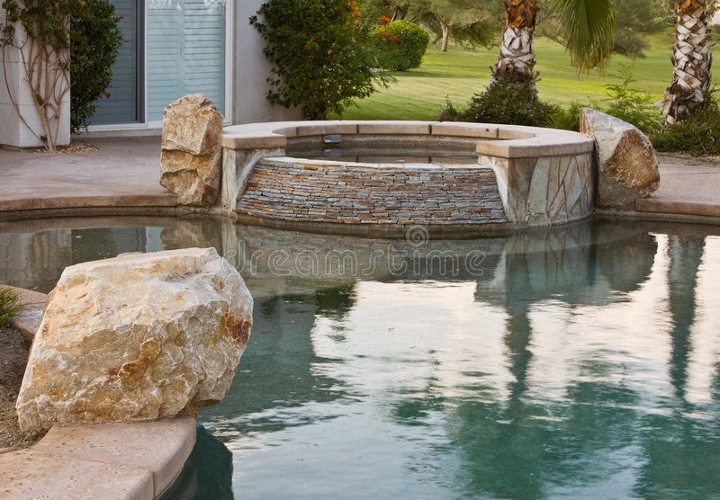 Steinplatte-Swimmingpool-Badekurort stockfoto