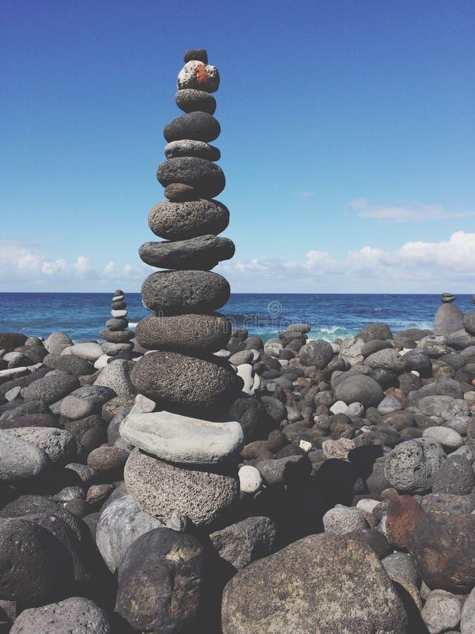 Steinpyramide, Staplungskieselsteine am Strand stockbilder