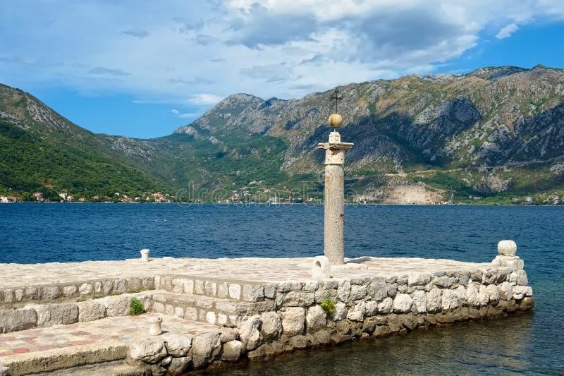 Steinsäule auf der künstlichen Insel unserer Dame der Felsen stockbild