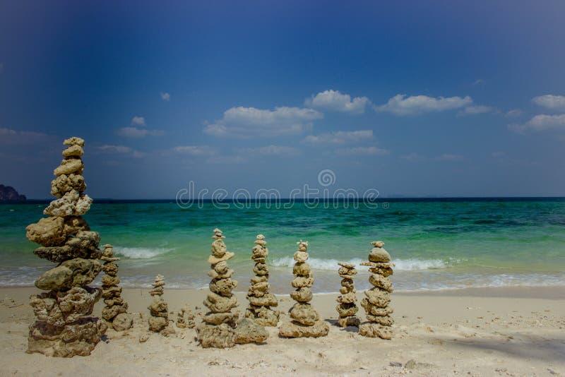 Steinsäulen auf der Seeküste lizenzfreie stockfotografie
