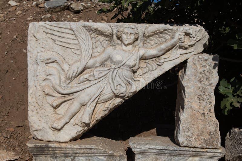 Steinschnitzen der Göttin Nike in alter Stadt Ephesus lizenzfreie stockfotos