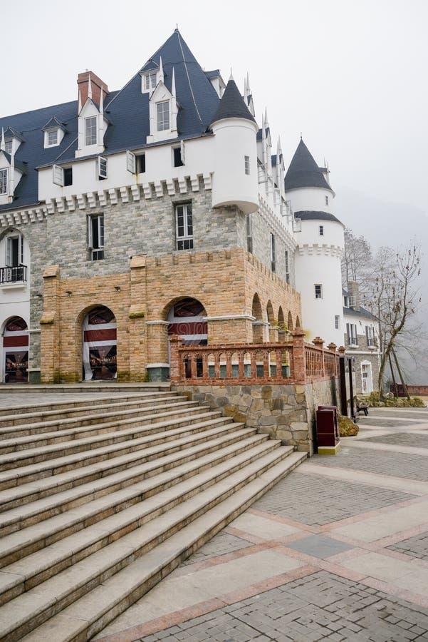 Steinschritte vor Schloss stockbild