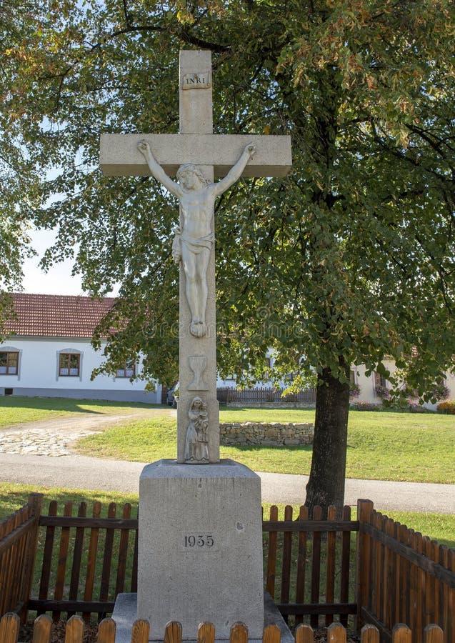 Steinskulptur Jesus Christ auf dem Kreuz, das Dorf von Holasovice, Tschechische Republik stockfotografie