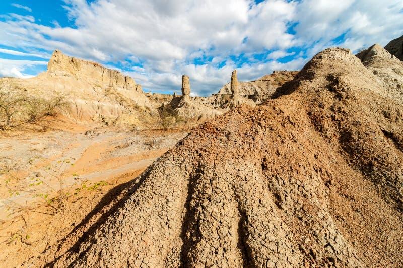 Steinspalten in einer Wüste stockbilder