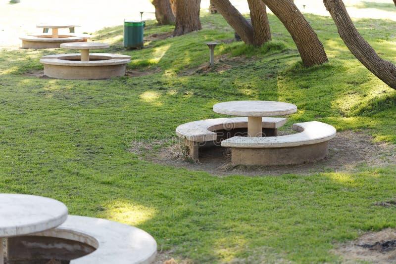 Steinspeisetische im Park, der Nationalpark Ashkelon, Israel stockfotografie