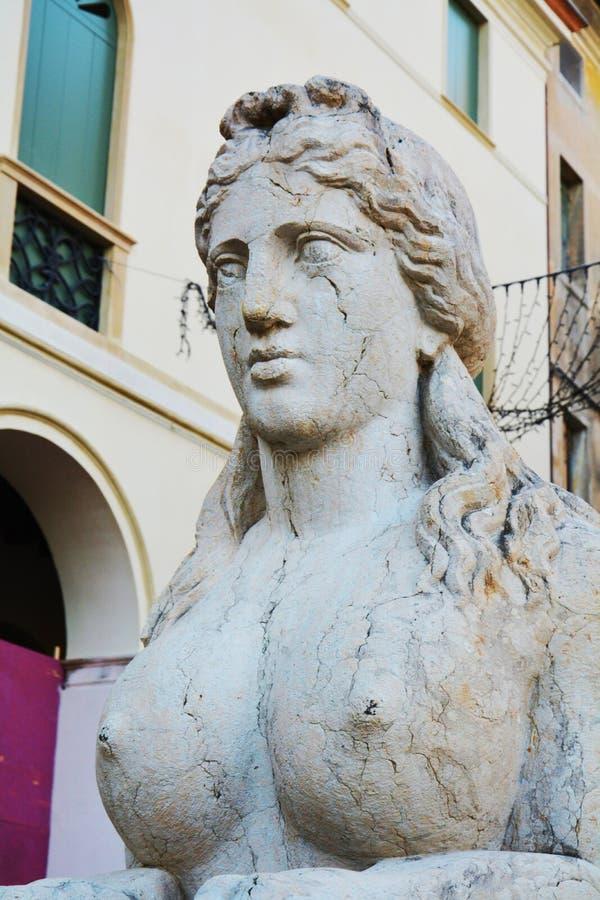 Steinsphinx und neoklassische Architektur, Detail, in Conegliano Venetien, Treviso, Italien stockbild