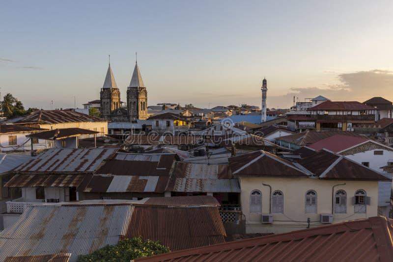 Steinstadt Sansibar gesehen vom oben genannten Dachspitzenniveau, das ein Stadtbild von Metalldächern und von einzigartiger Archi stockfotos