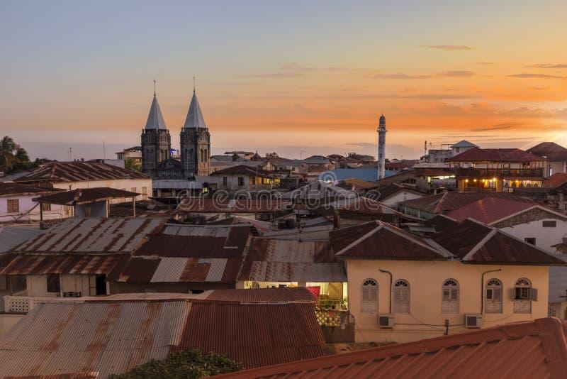 Steinstadt Sansibar gesehen vom oben genannten Dachspitzenniveau, das ein Stadtbild von Metalldächern und von einzigartiger Archi lizenzfreie stockfotos