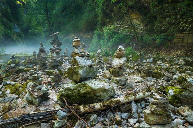 Steinstapel in Vintgar-Schlucht und in Radovna-Fluss nahe bluteten, Slowenien lizenzfreies stockbild