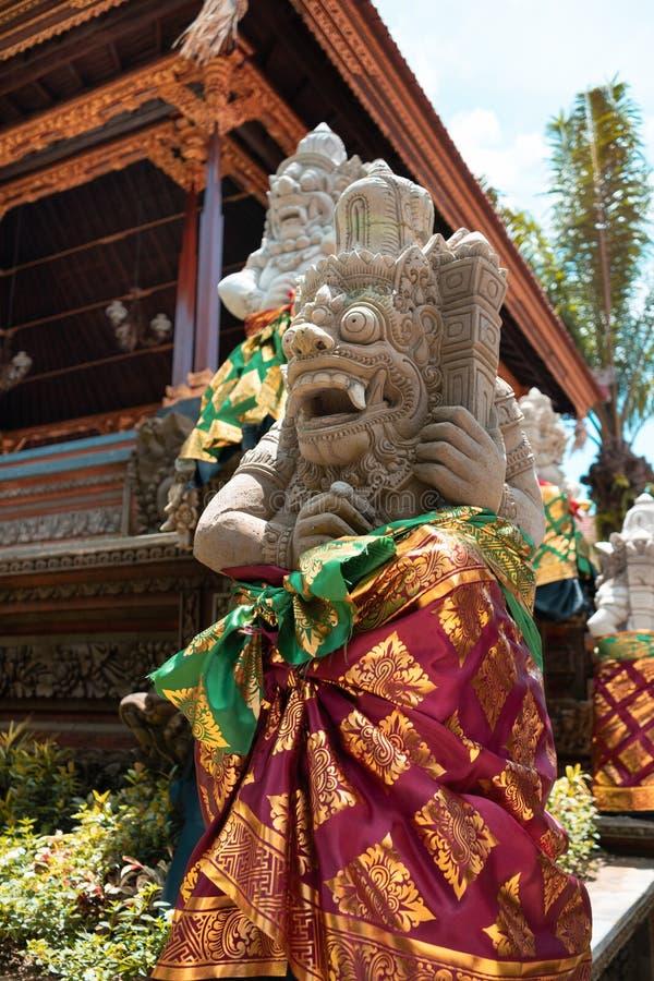 Steinstatue einer Gottheit in der festlichen Kleidung Galungan-Feiertag, Bali-Insel, Indonesien stockbilder