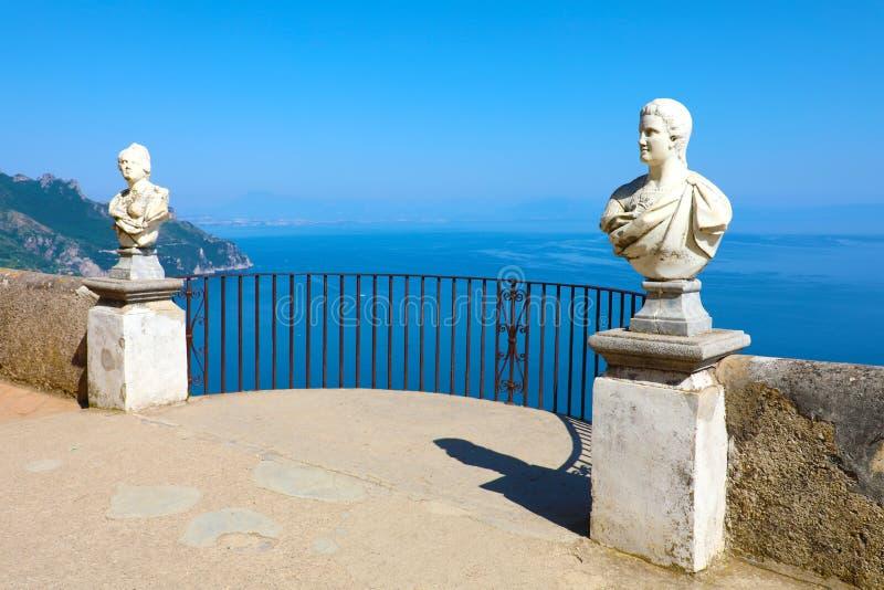 Steinstatuen auf sonniger Terrasse von Unendlichkeit im Landhaus Cimbrone über dem Meer in Ravello, Amalfi-Küste, Italien stockbild