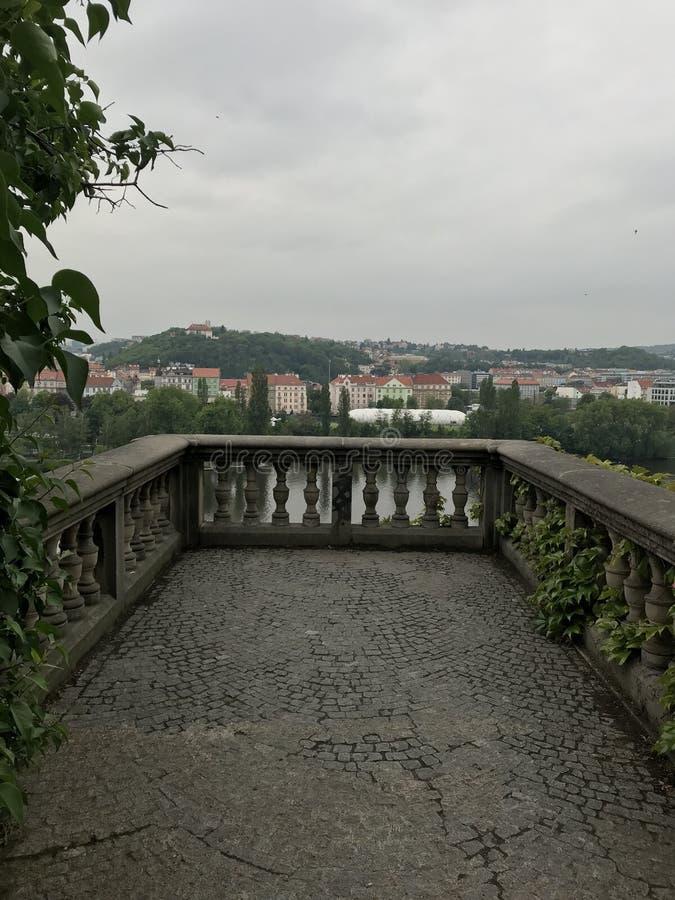 Steinterrasse in der südlichen Stadt stockfotos