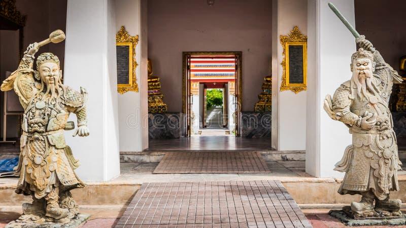 Steinthailändisches - Skulptur der chinesischen Art und thailändische Kunstarchitektur in Tempel Wat Phra Chetupon Vimolmangklara lizenzfreie stockfotos