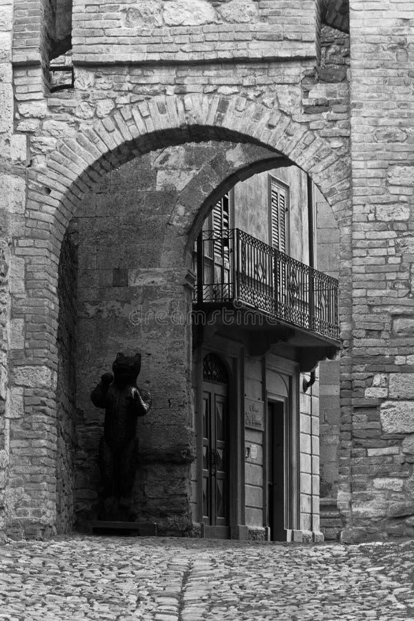 Steintor eines mittelalterlichen Dorfs stockfotografie