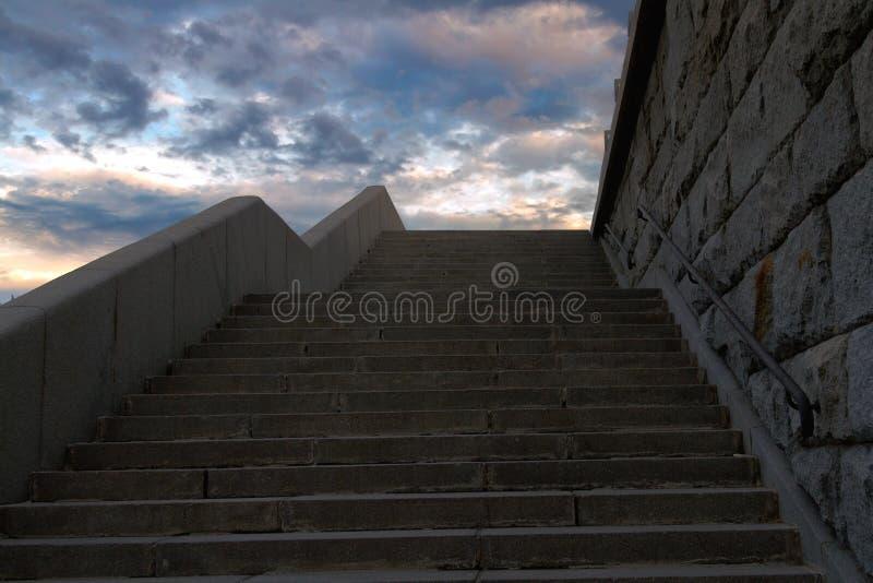 Steintreppe, die gerade zu Himmel führt stockfoto