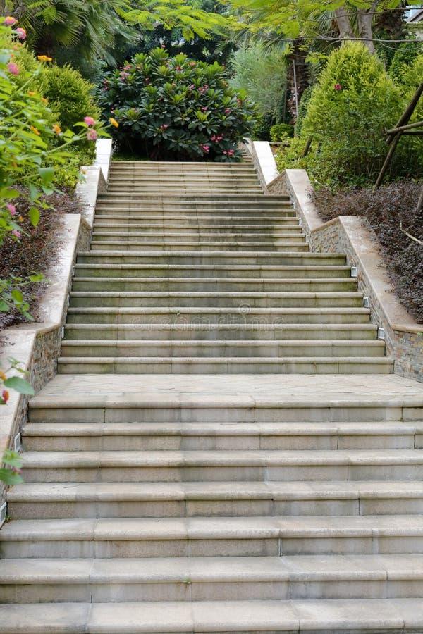 Steintreppe im Wohnbereich lizenzfreies stockfoto