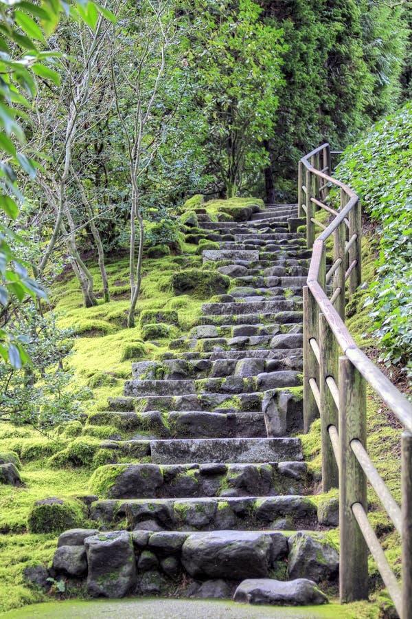 Steintreppen am japanischen Garten stockfotografie