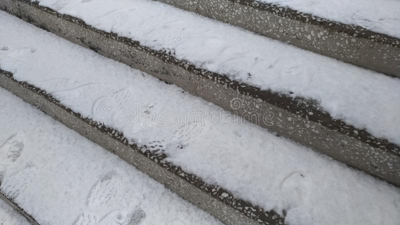 Steintreppenhaus des Marmors/des Schnees auf den Schritten/ stockfotografie