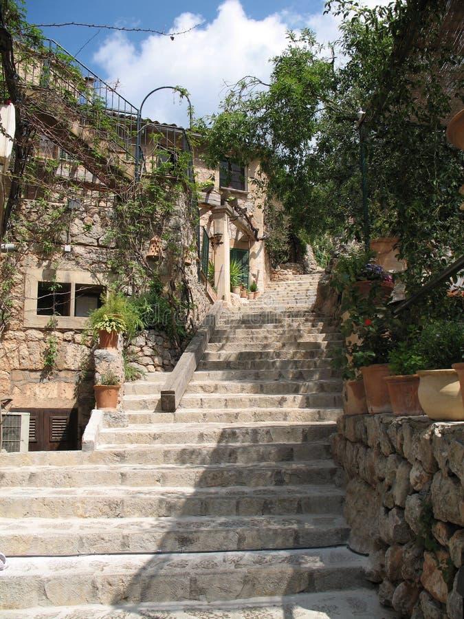 Steintreppenhaus im Dorf lizenzfreie stockbilder