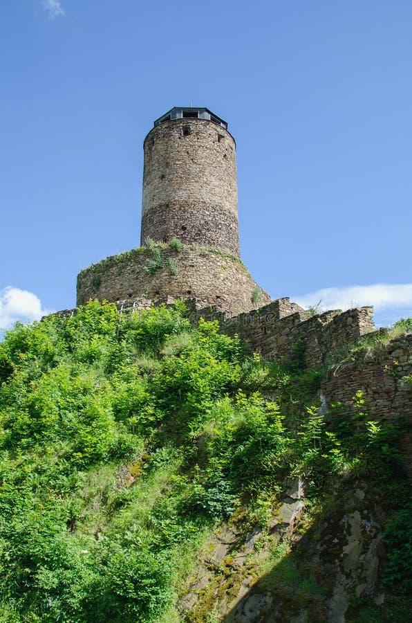 Steinturm von Hasistejn-Schloss, gelegen in den Erz-Bergen stockfotos