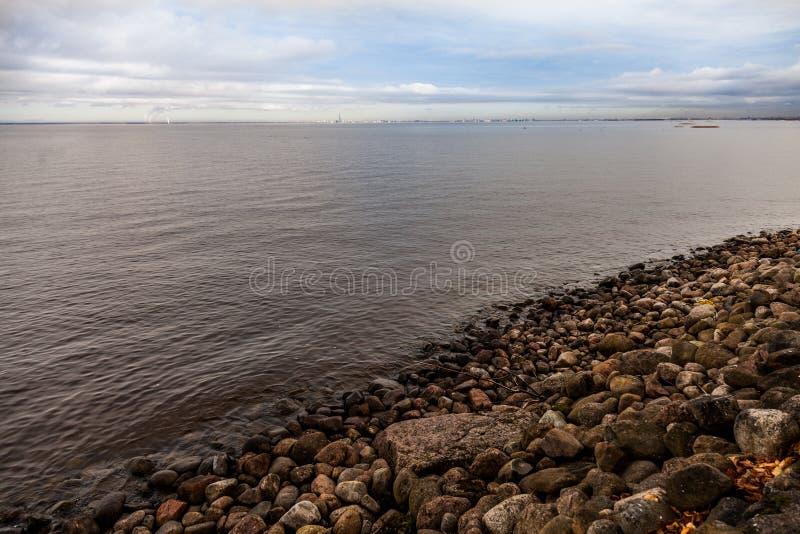 Steinufer das Finnische Meerbusen lizenzfreie stockfotografie