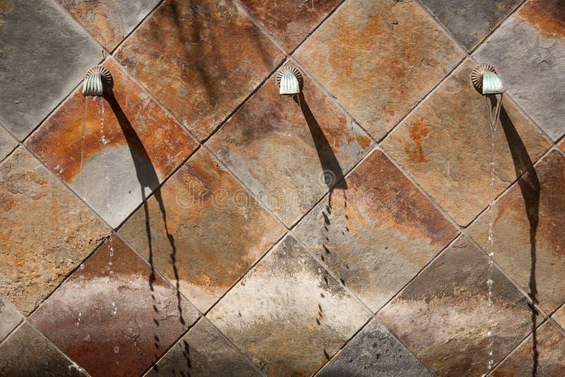 Steinwand-Brunnen-Auszug stockfotografie