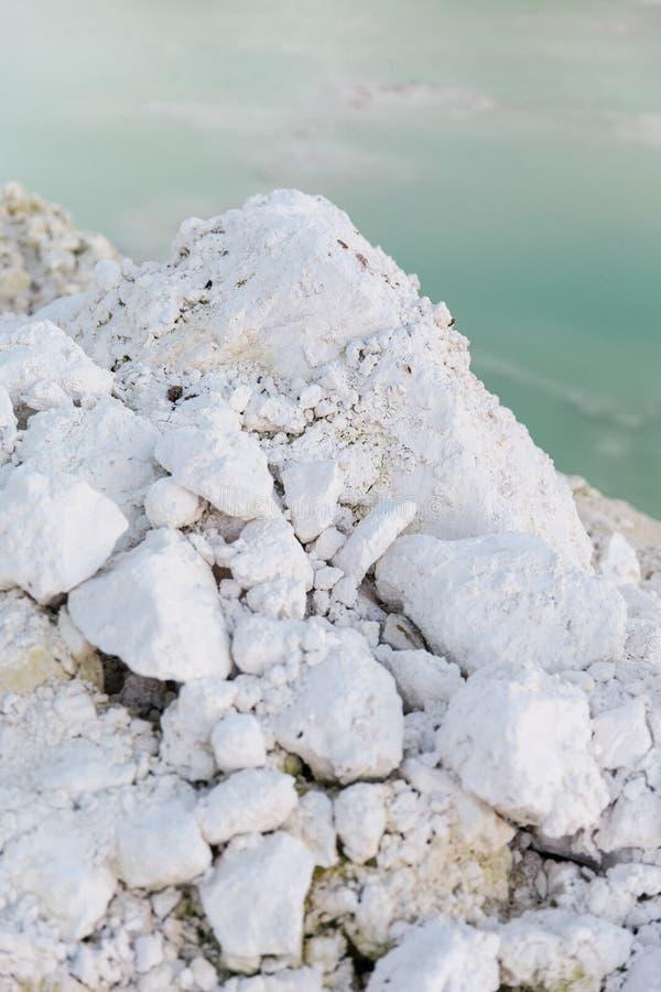 Steinwand an einem Gebirgssee stockfotos