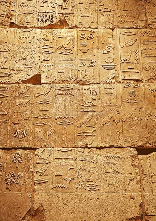 Steinwand mit alten ägyptischen Hieroglyphen lizenzfreie stockfotos