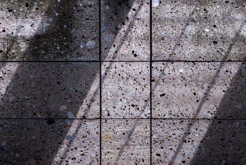 Steinwand mit diagonalen Schatten stockfoto