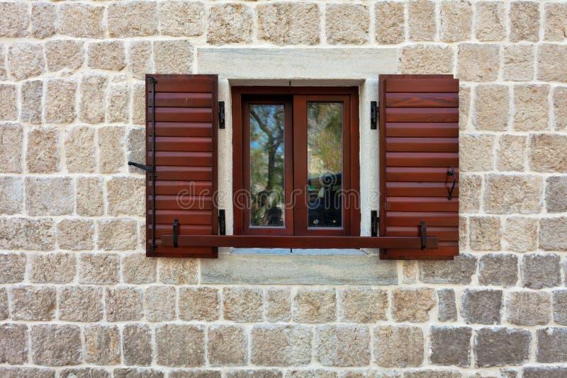 Steinwand mit Fenster lizenzfreie stockfotografie