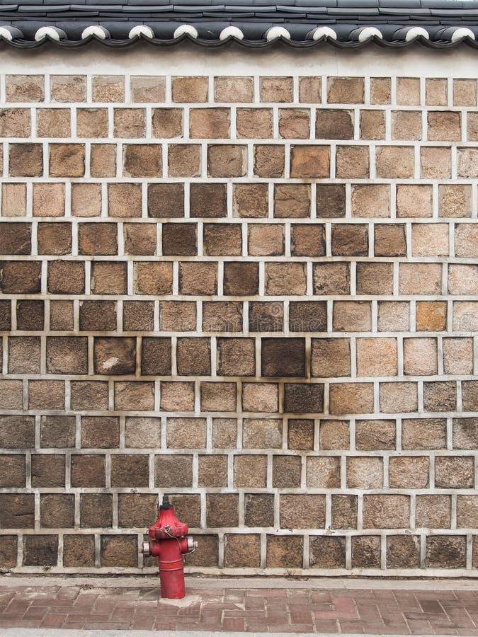Steinwand mit Hydranten lizenzfreies stockfoto
