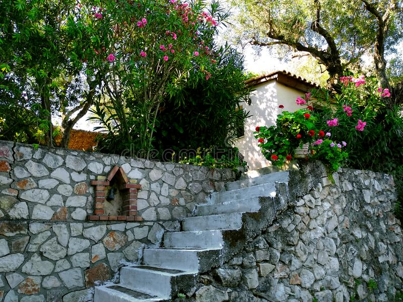 Steinwand mit Treppe im Garten lizenzfreies stockbild