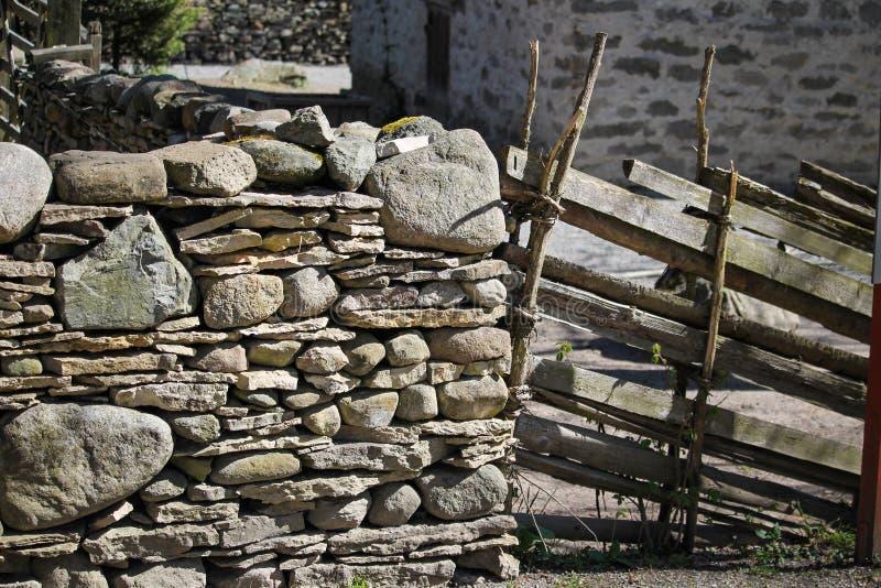 Steinwand- und Holzzaun lizenzfreies stockbild
