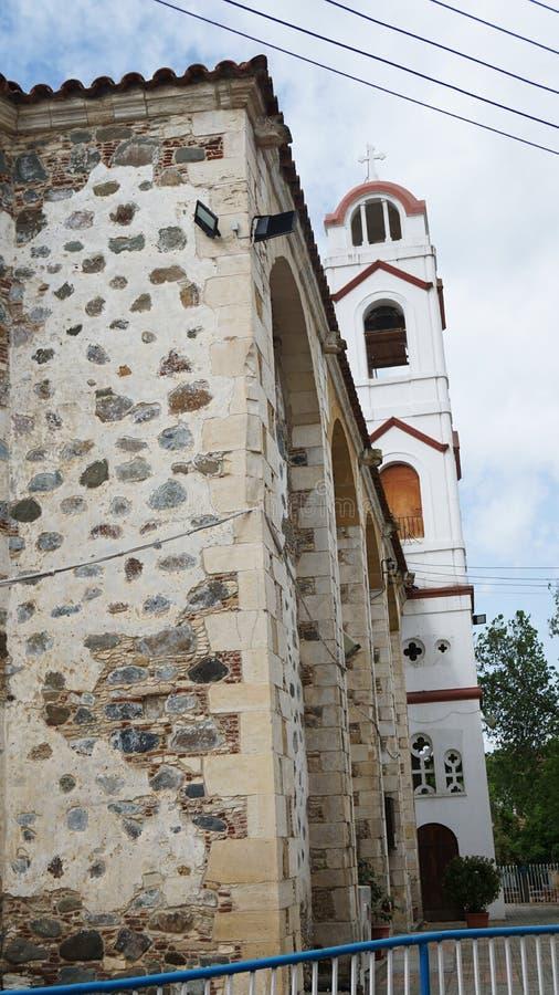 Steinwand und Kirche in Zypern lizenzfreie stockbilder