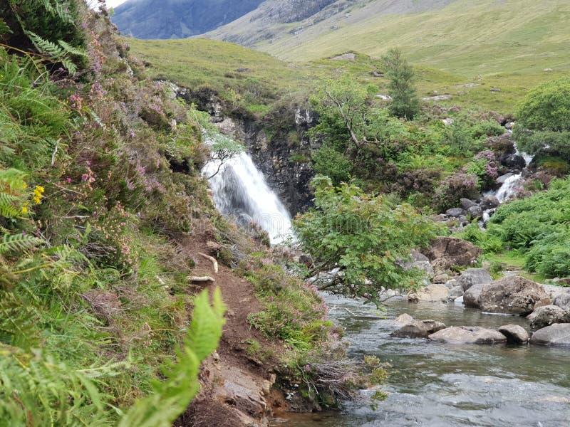 Steinwasserfall in Bergblick piont stockfotografie