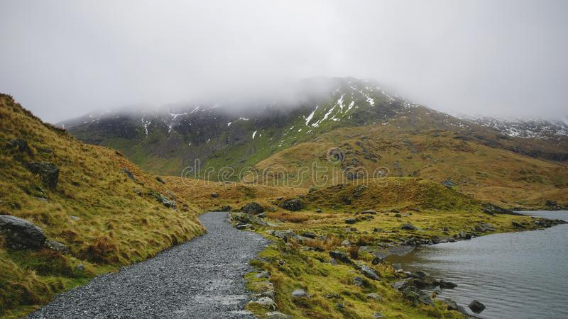 Steinweg und See in Nationalpark Snowdonia, Wales, Vereinigtes K?nigreich lizenzfreies stockfoto