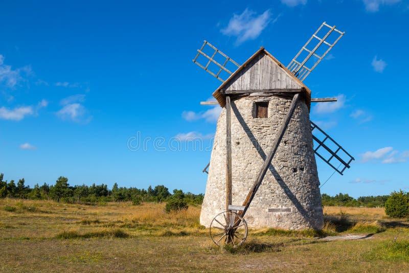 Steinwindmühle in Gotland, Schweden stockfotografie