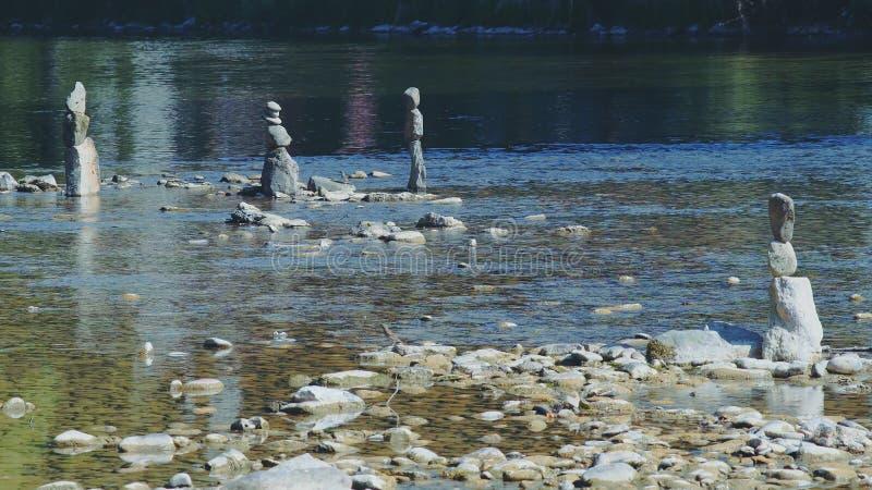 Steinzahlen in Fluss lizenzfreies stockfoto