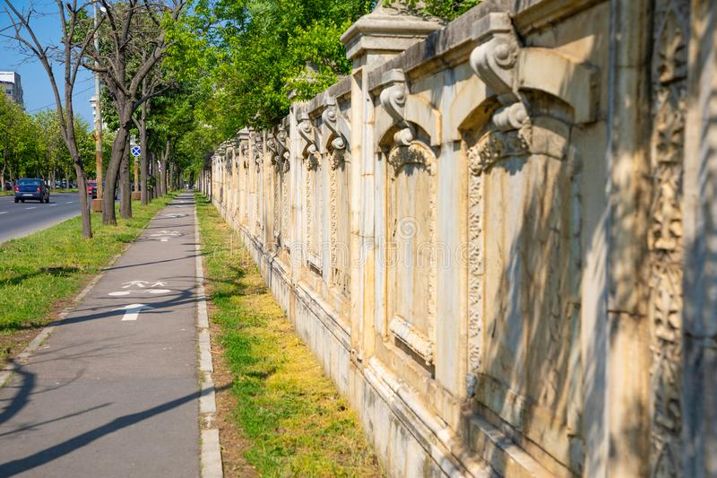 Steinzaun des Palastes des Parlaments in Bukarest stockbild