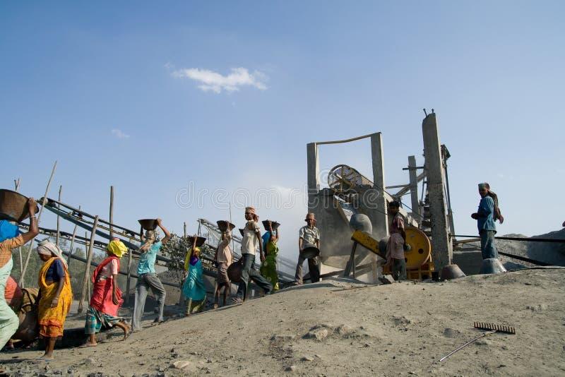 Steinzerkleinerungsmaschinen in Indien stockfoto