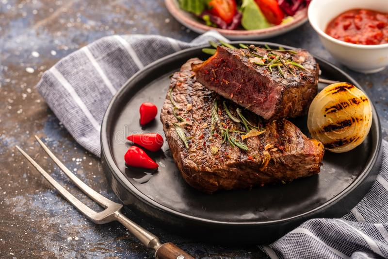 Stek - piec na grillu wołowina stek Polędwicowego stku wołowiny mięso z świeżym s zdjęcia stock