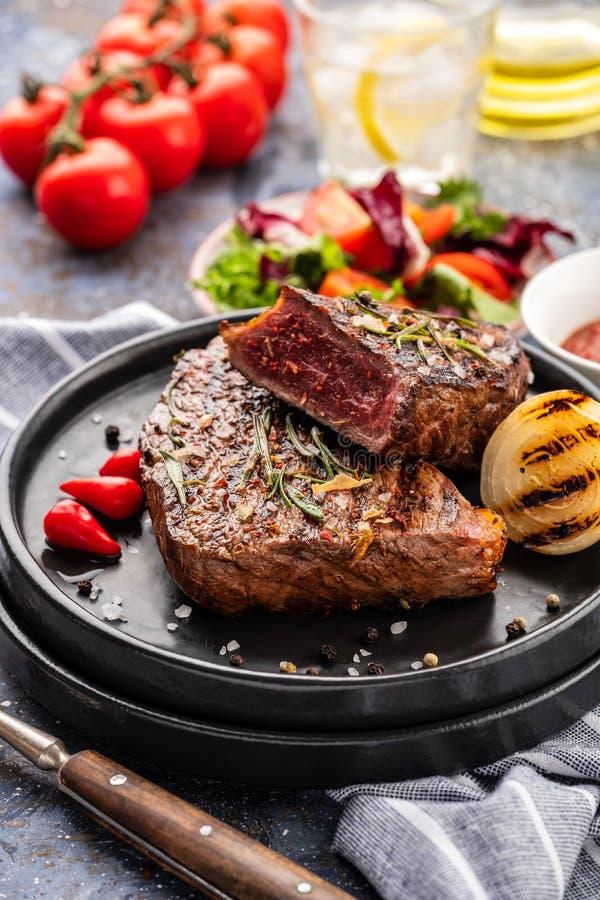 Stek - piec na grillu wołowina stek Polędwicowego stku wołowiny mięso z świeżym s zdjęcia royalty free