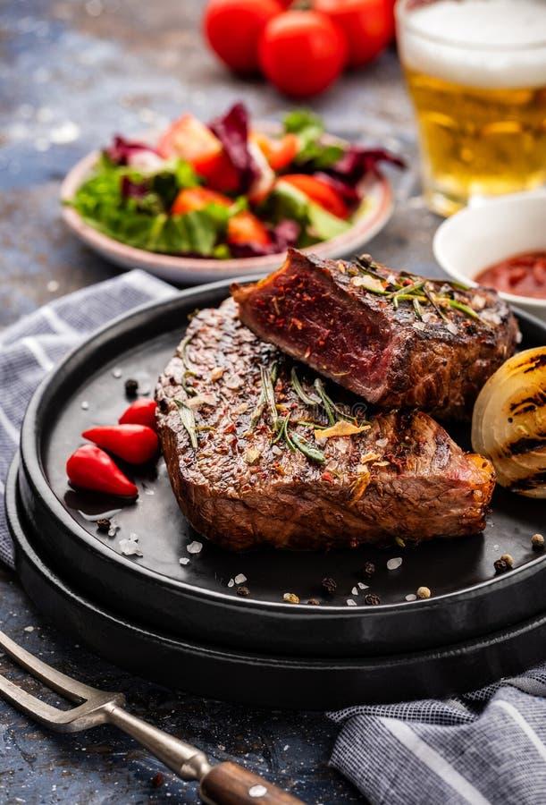 Stek - piec na grillu wołowina stek Polędwicowego stku wołowiny mięso z świeżym s zdjęcie stock