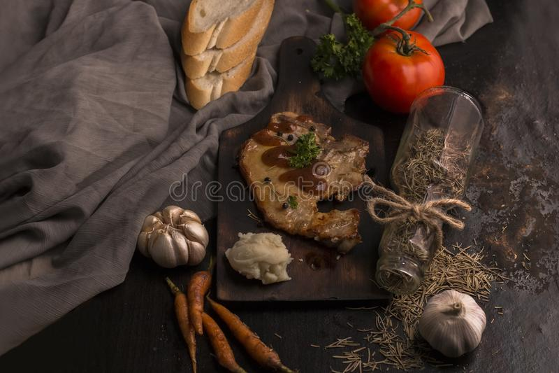 Stek, pomidor, pietruszka, czosnek, czarny pieprz, chleb, oregano obrazy royalty free