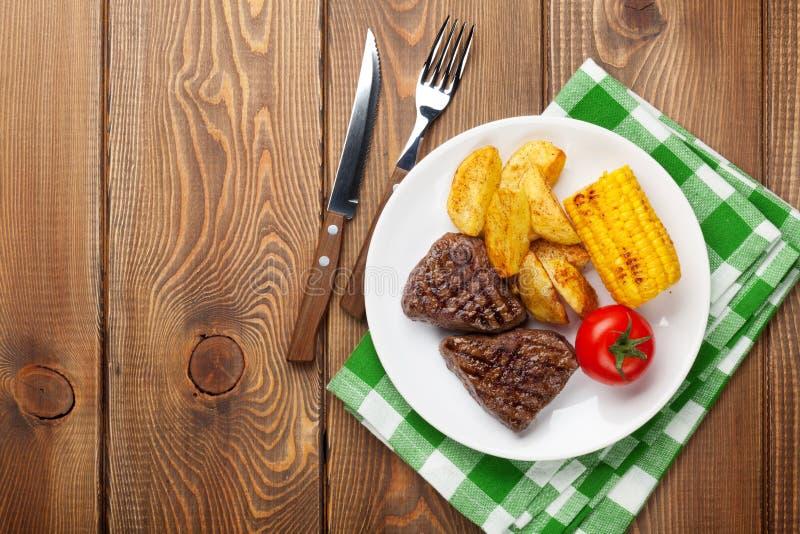 Stek z grulą, kukurudzą, sałatką i pomidorem piec na grillu, obraz royalty free