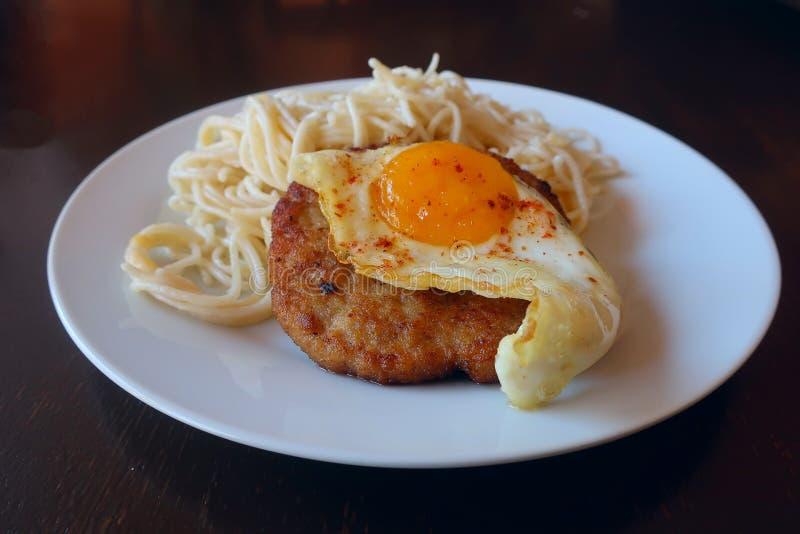 Stek z jajkiem i makaronem obraz royalty free