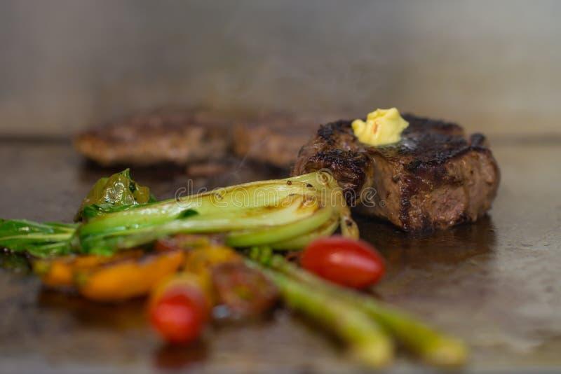 Stek z piec na grillu sałatką obrazy royalty free